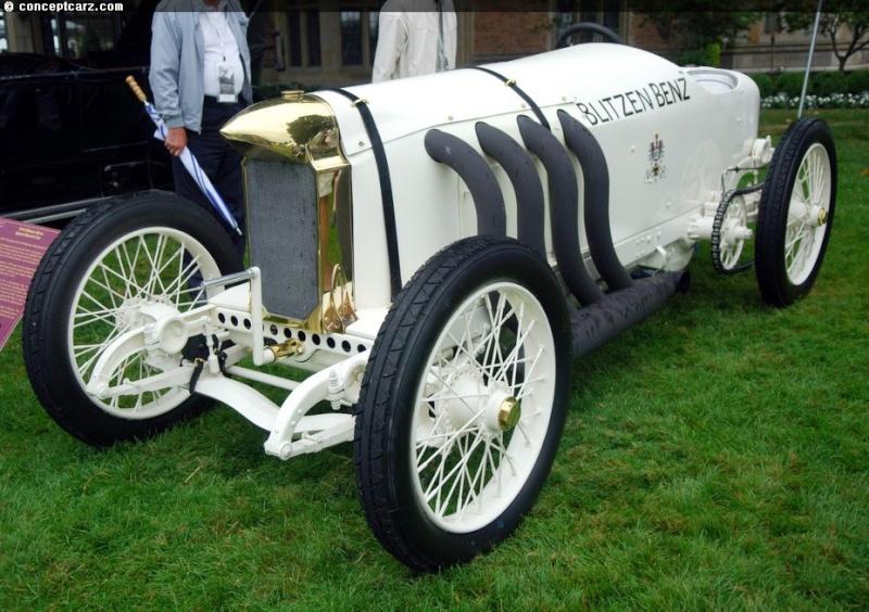 Barney Oldfield atteint les 210 km/h sur sa Blitzen Benz.