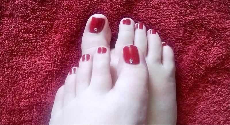 Des pieds brillants pour l 39 t avec les strass born pretty store les ongles de moah - Pied vernis rouge ...