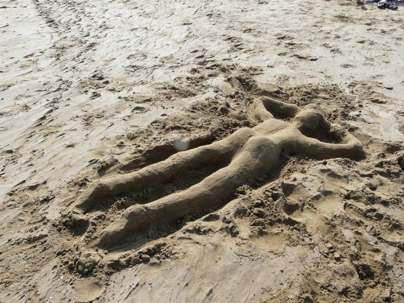 L'homme de sable dans GRUISSAN p1200510