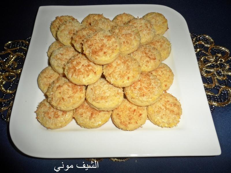 دايره او اي شكل تحبوه ونرص البسكويت في صينيه مدهونه